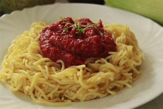 Kukuričné špagety s omáčkou z červenej repy a koreňovej zeleniny.